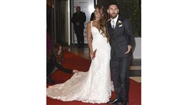 بعد ساعات من زفافه.. ميسي «يطير» إلى برشلونة لتمديد عقده
